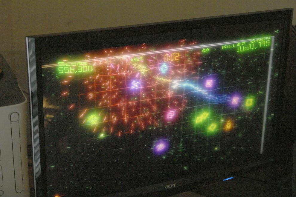 Acer P223W monitor with a game of Geometry Wars, back in working condition after replacing the caps in the power supply