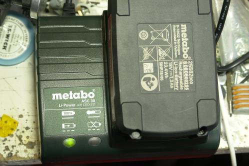 The fixed Metabo ASC 30, charging a battery